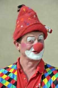 """Dieser Clown ist ein Stehaufmännchen und der dienstälteste in Sachsen! Ecki Zeugner (56) war seit 1989 schon (fast) alles: ausgewandert aus Grimma Industriearbeiter im Westen, zurückgekehrt Kneipenchef vom """"Kräutergewölbe"""" in der sächsischen Kleinstadt. Er hat Höhen und Tiefen überstanden, darunter die beiden Fluten 2002 und 2013. Hat alles verloren und und in tiefster Niedergeschlagenheit Freunde mit moralischer Unterstützung und geöffneten Geldbörsen weit über das Muldental hinaus gewonnen. Ecki ist am 24. Juli 2010 überfallen und von drei Jugendlichen schwer misshandelt worden. Nie hat er aufgegeben - vor allem Dank seines in ihm schlummernden Talents. Seit nun zwanzig Jahren verbirgt sich hinter der roten Nase sein zweites Ich: der Clown Maitre. Inzwischen Lebensmittelpunkt und Einkommensgarant. Bekannt geworden in Leipzig auch als einer von wenigen Klinikclowns. Heute ist Mann mit der bunten Schlabberhose - sich als selbstbewusst der """"Schönste Clown Deutschlands"""" nennende - von Freitag bis Sonntag (13 bis 20 Uhr) in der Freizeithalle Grimma im Kinderparadies nicht nur für die kleinen Besucher da sondern auch für die Grossen immer mit einer Lebensweisheit präsent. Im eigens für ihn ausliegenden Gästebuch schreibt ein Sechsjähriger: """"Danke für dein vieles Lachen!"""" Foto: Volkmar Heinz"""