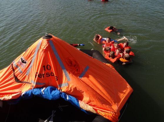 Käytössä on oikeita meripelastusvälineitä, myös pelastuslautta