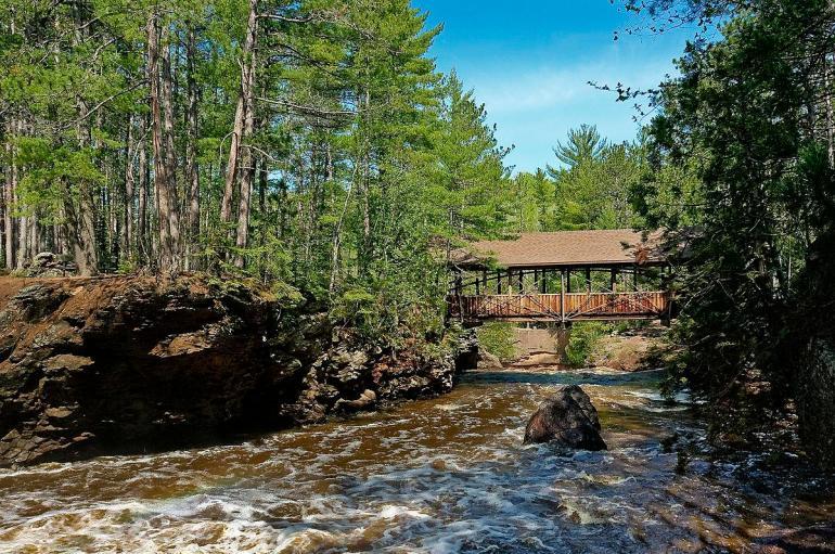Covered_bridge_at_Amnicon_Falls