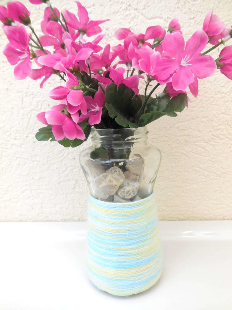 Try these three insanely easy and cheap ideas to create vases that are perfect for springtime blooms.