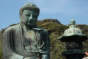 Le bâtiment qui abritait ce grand bouddha de Kamakura aurait été détruit, selon les sources, soit par un typhon, soit par un tsunami, à la fin du xve siècle.