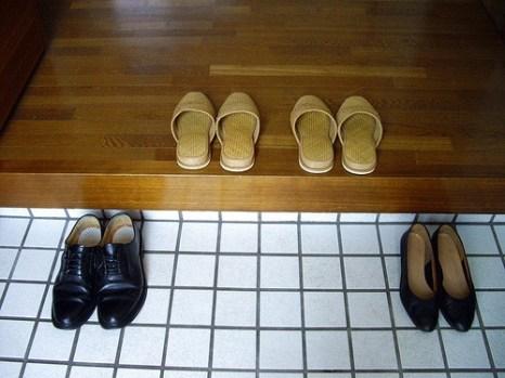 Si les chaussures ne doivent pas fouler le sol, les chaussettes ou pieds nus, non plus, c'est pourquoi des chaussons attendent les petons des hotes et des visiteurs - source: http://kyotokimono.tumblr.com/