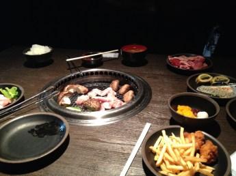 Yakiniku (焼き肉/焼肉?) est une méthode japonaise de cuisson des légumes et des viandes au charbon de bois, au gaz ou sur une plaque chauffante. L'ingrédient principal est du bœuf mariné, bien qu'on puisse trouver d'autres viandes comme le porc, le cheval ou encore le poulet. Le yakiniku se sert également accompagné de légumes comme des piments, des carottes, des champignons, des oignons etc. Bien que non conventionnel, il peut arriver que l'on serve aussi du poisson. Les sauces utilisées sont le plus souvent les sauces soja habituelles, les sauces à base d'ail et d'échalote ou encore à base de miso.(http://fr.wikipedia.org/wiki/Yakiniku)