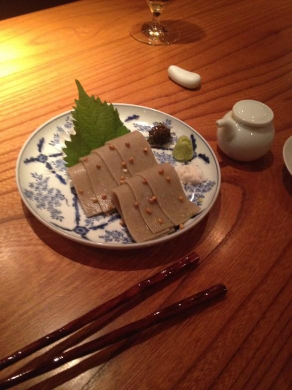 Les soba (蕎麦 / そば ?) sont avec les udon et les ramen, les pâtes les plus consommées au Japon. On les prépare avec de la farine de sarrasin mélangée à de l'eau1, que l'on étale sur une plaque et qu'on tranche en fines lamelles d'environ 1 à 2 mm de largeur. On les plonge ensuite dans de l'eau bouillante, comme on le fait pour les pâtes européennes. Elles sont généralement consommées soit dans un bol rempli de mentsuyu chaud (sorte de bouillon), soit rincées à l'eau froide. (http://fr.wikipedia.org/wiki/Soba). Ici
