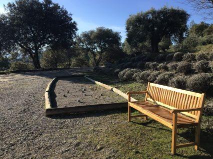 Le Jas de Belley terrain de pétanque avec banc autour d'oliviers Montfort 04600 Alpes-de-Haute-Provence