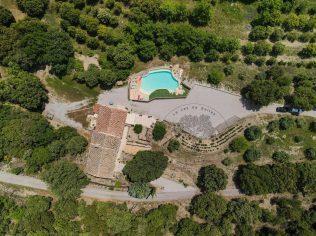 Le Jas de Belley vue de hauteur avec piscine en pleine nature entourée de végétations avec une grande cours à Montfort 04600 alpes de haute provence 04