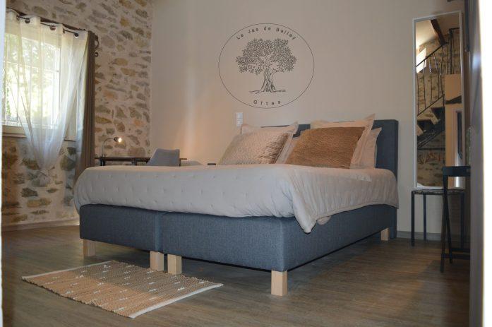 gîte de Belley 3 étoiles chambre Muscade de 17 m2 en parquet avec 2 murs en pierres avec lit 160 cm et 4 oreillers mezzanine coin lecture à le jas de Belley à montfort 04600 alpes de haute Provence 04
