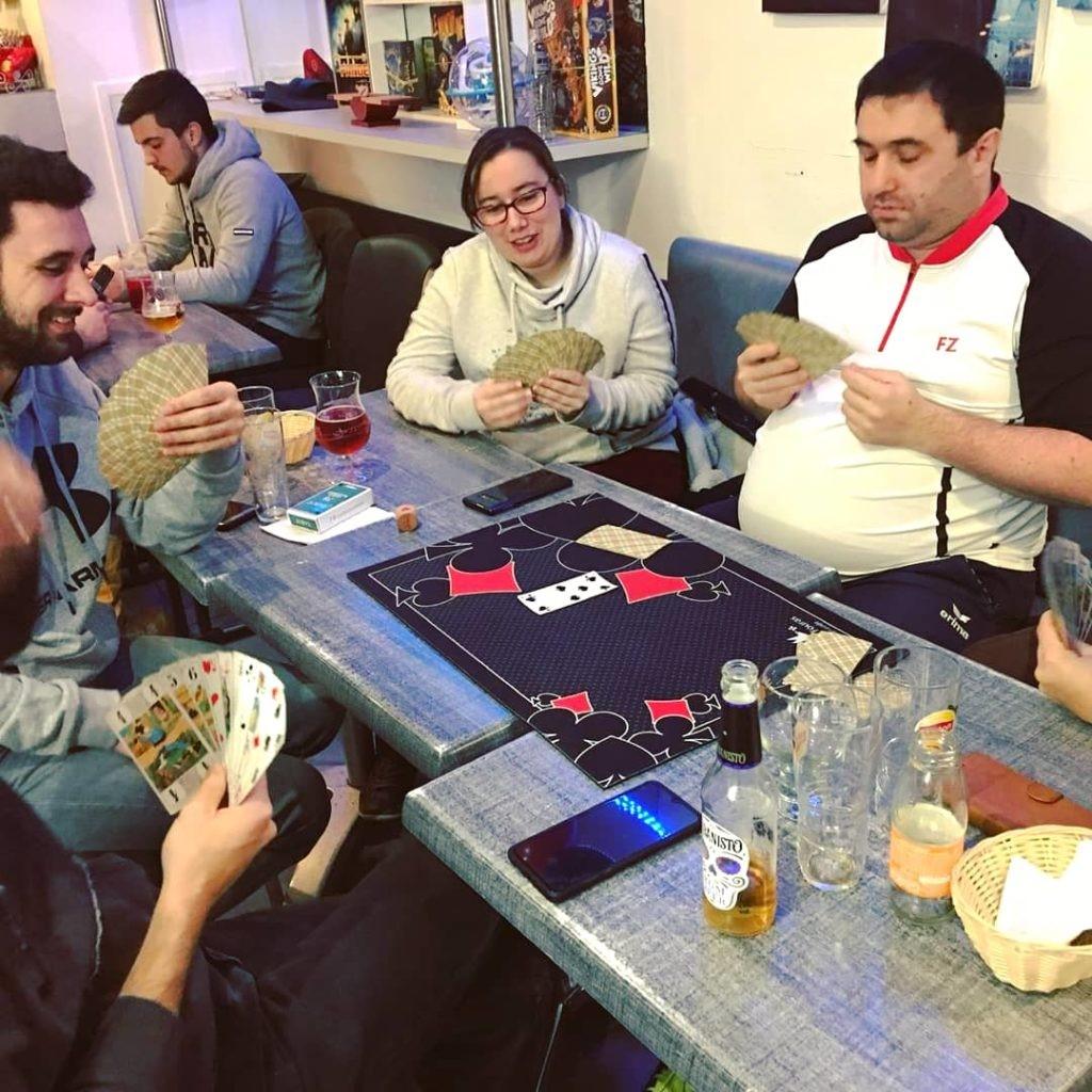 Jouer au tarot à l'apéro