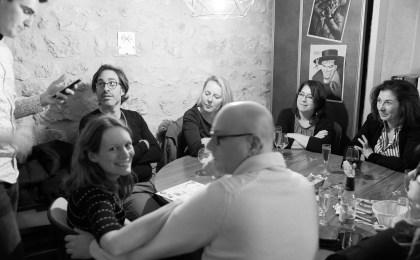 Ambiance d'un groupe dans un bar ludique. Réunis autour d'une table en respectant la limite de 10 personnes maximum. Ouverture des bars et restaurants