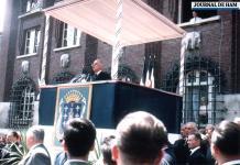 Le général De Gaulle, président de la République, prononce son discours sur l'estrade élevée devant l'hôtel de ville de Montdidier (archives du Cercle Maurice-Blanchard, photo de Jacques Dubois).