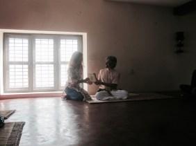 Entrega del certificado con Bharat Shetty