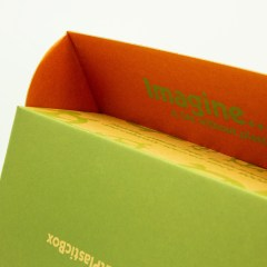 Mailer box with varying inside and outside print, with a natural brown Kraft paper finish