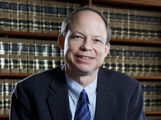 Le juge Aaron Persky, lui aussi étudiant de Stanford, qui a condamné Turner a seulement 6 mois de prison, et qui a fait l'objet d'une pétition signée par 1,3 d'individus appelant à sa démission