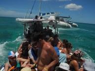 Dejando el catamarán para ir a la isla