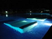 Reposera dentro de la piscina