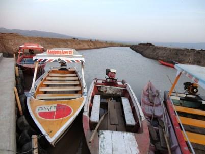 Perahu wisata parkir di pangkal kali buatan rawapening