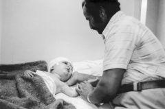 Liban. Beirut. Un père soigne son fils. 1982. C Steele Perkins.
