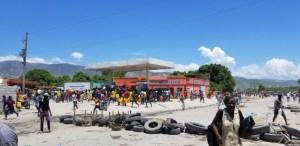 Haïti-Énergie: Des personnes en quête d'essence ont érigé des pneus enflammés entre Bon Repos et la route nationale # 3 2
