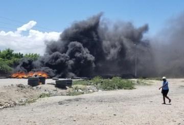Haïti-Énergie: Des personnes en quête d'essence ont érigé des pneus enflammés entre Bon Repos et la route nationale # 3 9