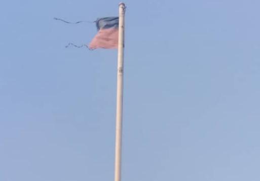 Haïti-Société : Le drapeau haïtien hissé sur la Cour du Parlement abandonné et déchiré 1