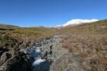 On aperçoit enfin la rivière qui donne naissance aux chutes d'eau Taranaki, avec le magnifique Mt Ruapehu en toile de fond