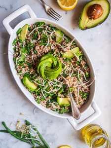 insalata di farro, fagiolini, germogli e avocado