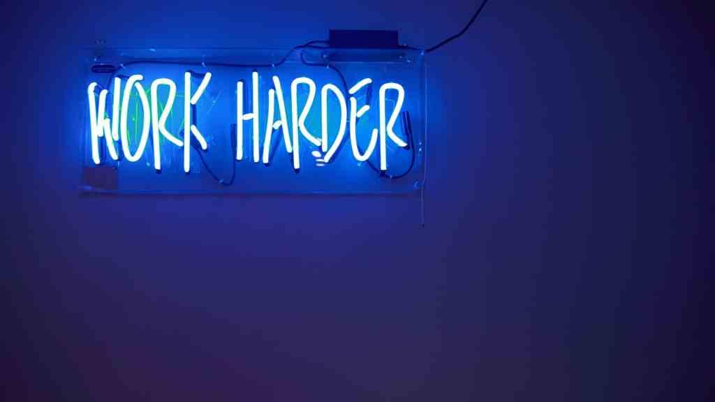 Neon-Schriftzug Work Harder als Motto der Abschlussprüfung der Ausbildung