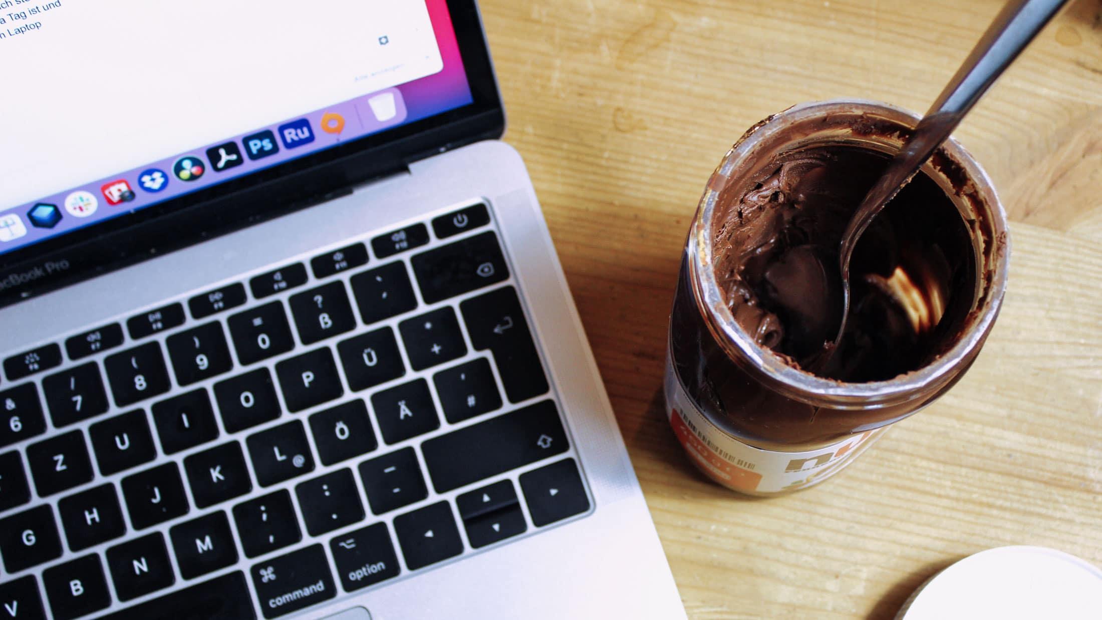 Bild von offenem Nutellaglas neben einem Laptop, von oben fotografiert. Aus dem Artikel: Nutella-Tage und Akzeptanz