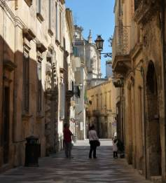 A Lecce street on a Sunday afternoon