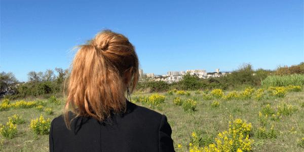 Clothilde Ollier regarde l'horizon