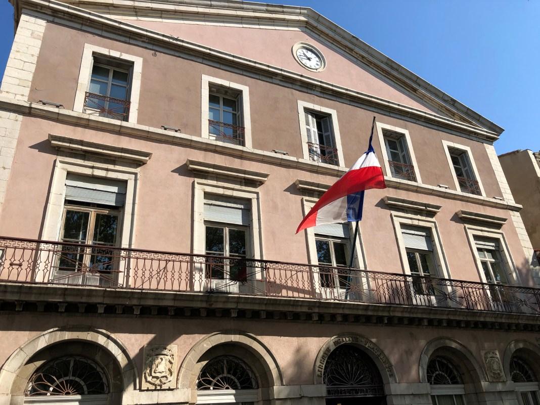 Sète mairie facade ciel bleu
