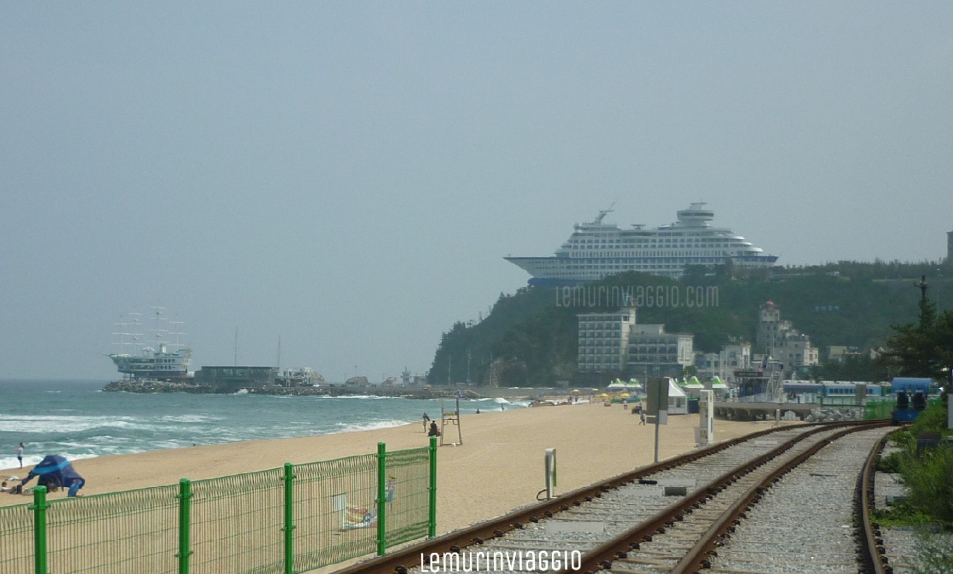 Sun Cruise Hotel Resort visto dalla stazione di Jeongdongjin