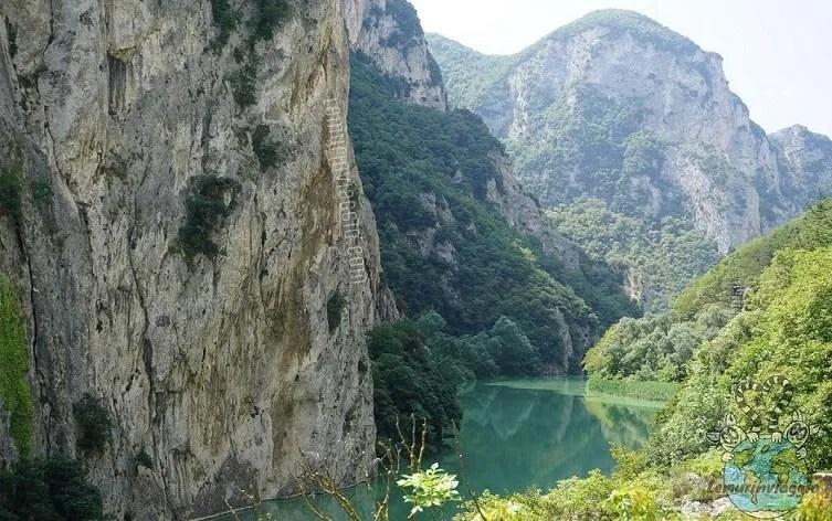 Scorcio panoramico della Gola del Furlo nei pressi di Acqualagna