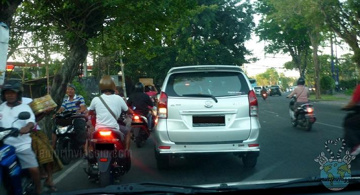 Motorini che vanno contromano nelle strade di Bali