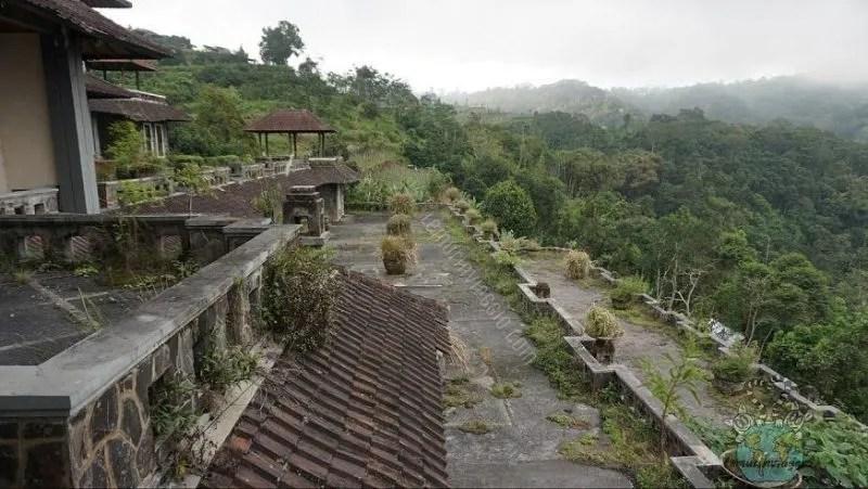 Le terrazze del Ghost Palace di Bali con vista sulle verdi colline