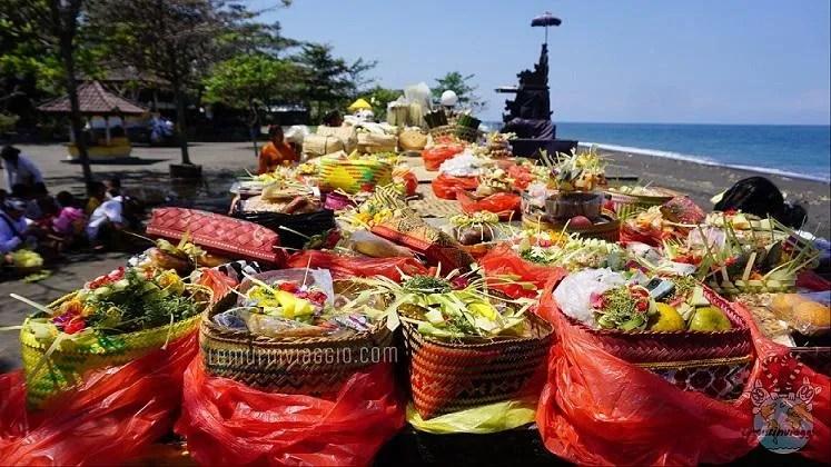 Offerte durante una celebrazione davanti al tempio Goa Lawah