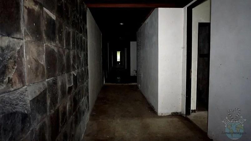 Corridoi bui all'interno del palazzo fantasma ghost palace di Bali