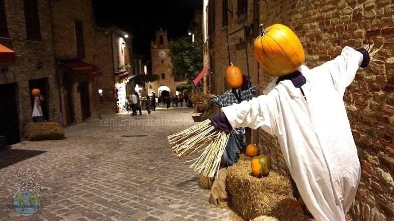 Festa di Halloween zucche a decorazione del borgo di Gradara