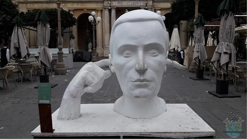 Statue dei 13 proverbi a la Valletta a Malta Entra da un orecchio ed esce dall'altro