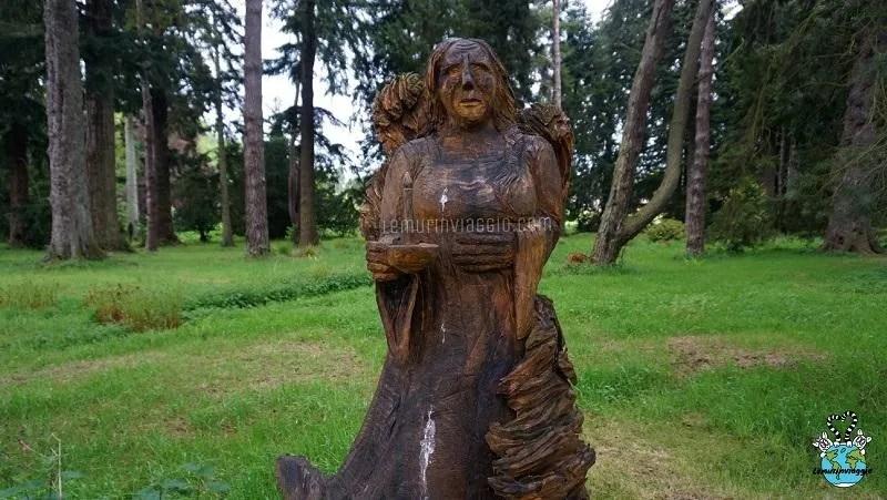Lady MacBeth statua nei giardini del Castello di Glamis