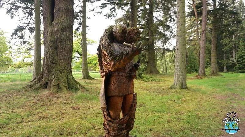 Statua di Macbeh re di Scozia con il pugnale insanguinato tratto dalla tragedia di Shakespeare