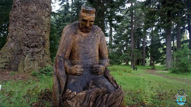 Statua di Macbeth in preda ai sensi di colpa nei giardini del Castello di Glamis