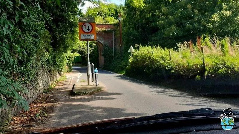 isoletta stradale per segnalare il passaggio ad una corsia