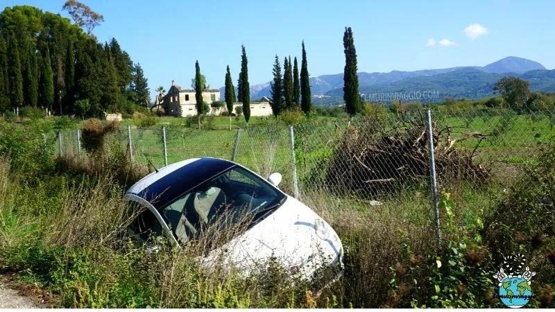 Per guidare a Corfù serve prudenza perché con l'alta velocità e le buche improvvise è facile finire in un fosso