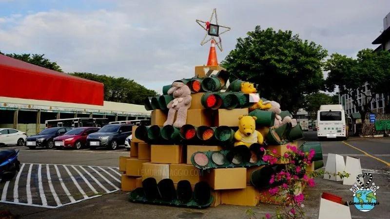 un albero di natale fatto con le luci dei semafori