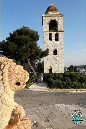 le statue dei leoni fanno da guardiani al duomo di San Ciriaco