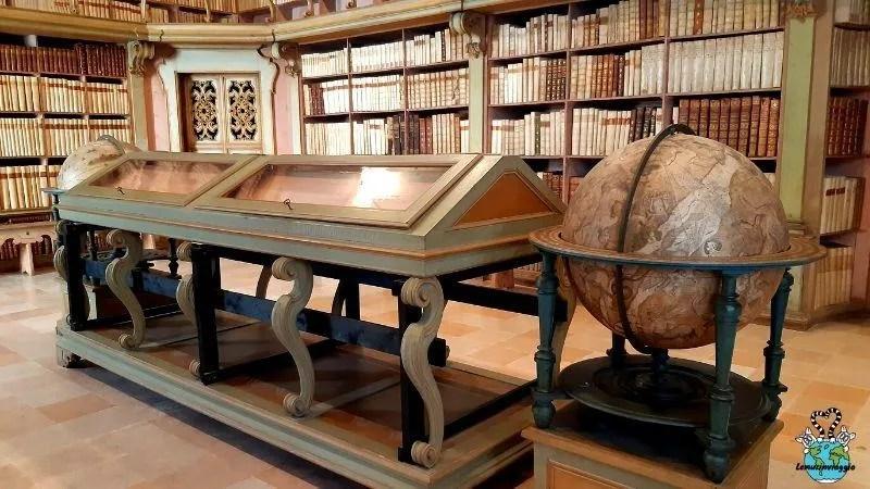sale antiche della biblioteca civica della città