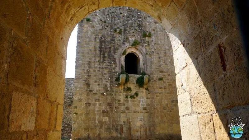 torre con le statue dei protagonisti delle leggende del Castello di Lagopesole