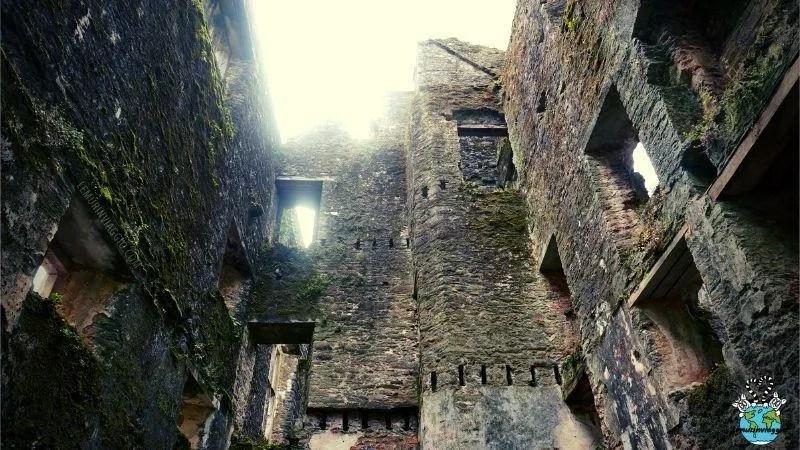 Interni del castello più infestato d'Inghilterra nel Devon