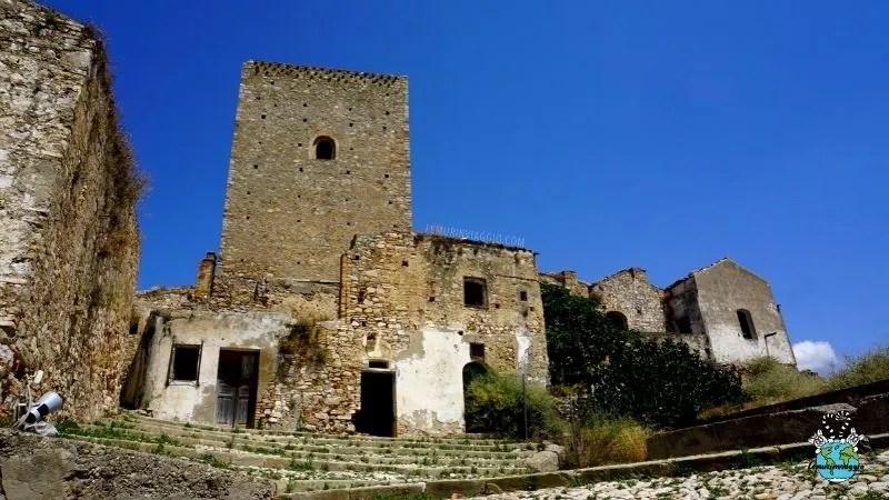 La torre normanna nel borgo di Craco